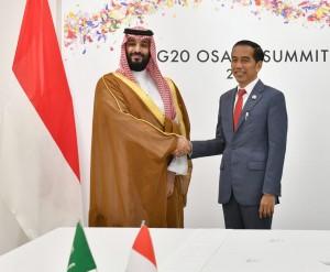 Presiden Jokowi dan Putra Mahkota Kerajaan Saudi Pangeran Moh. Bin Salman, bertemu di sela-sela KTT G-20, di Osaka, Jepang, Sabtu (29/6). (Foto: Setpres)