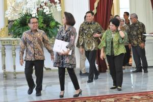 Ketua Pansel KPK Yenti Ganarsih didampingi Mensesneg dan anggota Pansel menuju tempat keterangan pers, usai diterima Presiden Jokowi, di Istana Merdeka, Jakarta, Senin (17/6) pagi. (Foto: JAY/Humas)