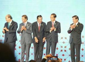 Presiden Jokowi bersama para pemimpin ASEAN saat Upacara Pembukaan KTT ke-34 ASEAN, di Bangkok, Thailand, Minggu (23/6). (Foto: Dinda M/Humas)