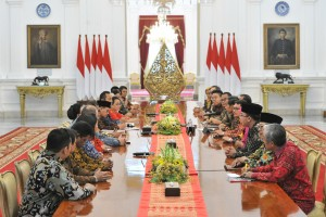 Presiden Jokowi menerima pengurus sejumlah asosiasi pengusaha UMKM di Istana Merdeka, Jakarta, Selasa (18/6) sore. (Foto: JAY/Humas)