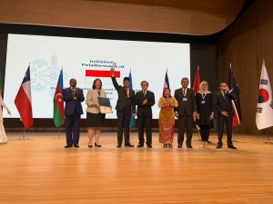 Menteri PANRB Syafruddin mengangkat penghargaan yang diberikan PBB untuk platform PetaBencana.Id, di Heydar Aliyev Center, Baku, Azerbaijan, Senin (24/6). (Foto: Humas Kementerian PANRB)