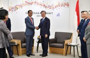 Presiden Jokowi melakukan pertemuan bilateral dengan Presiden Korsel Moo Jae-in, di sela-sela KTT G-20, di Osaka, Jepang, Jumat (28/6). (Foto: Setpres)