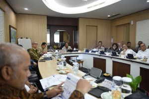 Coordinating Minister for the Economy Darmin Nasution leads a Coordination Meeting on Evaluation of Airfare Reduction Policy, in Jakarta, Thursday (20/6). (Photo by: Coordinating Ministry for the Economy PR)