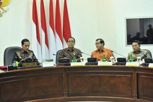 Presiden Jokowi memimpin Rapat Terbatas Persiapan Kunjungan Kerja Presiden ke KTT ASEAN dan KTT G20, di Kantor Presiden, Jakarta, Rabu (19/6) siang. (Foto: JAY/Humas)