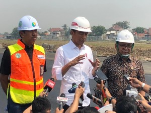 President Jokowi accompanied by State Secretary Minister answers reporters' question when inspecting the construction progress of third runway at Soekarno Hatta Airport, in Cengkareng, Tangerang, Banten, Friday (21/6). (Photo by: IST)