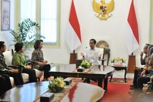 Presiden Jokowi didampingi Mensesneg menerima Pansel calon Pimpinan KPK yang dipimpin Yenti Ganarsih, di Istana Merdeka, Jakarta, Senin (17/6) pagi. (Foto: JAY/Humas)