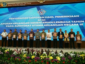 Waseskab Ratih Nurdiati (paling kiri) berfoto bersama para penerima opini dari BPK RI, di Auditorium Keuangan Negara BPK, Jakarta, Senin (17/6) siang. (Foto: IST)