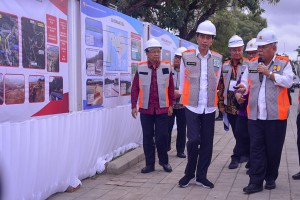 President Jokowi accompanied by Public Work and Public Housing Minister inspects the revitalization work of the Muara Reservoir in Nusa Dua, Denpasar, Bali, Friday (14/6). (Photo by: Agung/PR)