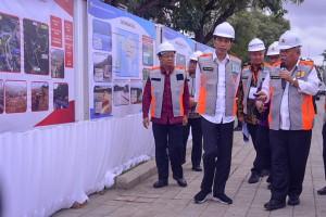 Presiden Jokowi mendengarkan penjelasan dari Menteri PUPR mengenai pembangunan Waduk Muara, saat meninjau perkembangan pembangunan waduk tersebut, di Nusa Dua, Denpasar, Bali, Jumat (14/6) sore. (Foto: AGUNG/Humas)