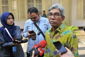 Deputy Minister of Foreign Affairs A.M. Fachir answers questions from reporters after Limited Meeting at the Office of the President, Jakarta, Wednesday (19/6). (Photo: JAY/PR)