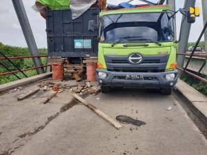 Jembatan Way Mesuji, Lampung, yang ambrol pada Senin (17/6 ) lalu. (Foto: BKP Kementerian PUPR)