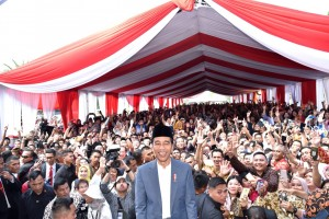 President Jokowi takes a picture with the people during open house at the State Palace, Wednesday (5/6). Photo by: BPMI