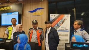 Sesjen Kemenhub saat meninjau langsung Pelabuhan Merak di Banten, Senin dini hari (3/6). (Foto: Kemenhub)