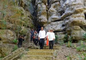 President Jokowi, accompanied by First Lady Ibu Iriana, visits a tourist spot, Goa Batu Cermin, in Labuan Bajo, East Nusa Tenggara, Thursday (11/7). (Photo by: Rahmat/PR)