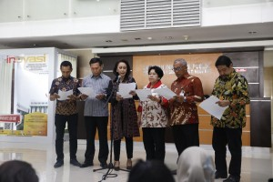 Head of KPK Selection Committee Yenti Garnasih (center) announces candidates who pass the administrative selection for new KPK leaders, at the Ministry of State Secretariat, Jakarta, Thursday (11/7). (Photo by: Ministry of State Secretariat PR)