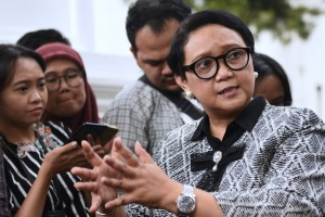 Minister of Foreign Affairs Retno Marsudi answers questions from reporters after attending a Limited Meeting in Presidential Office, Jakarta, Friday (19/7). (Photo by: OJI/PR)