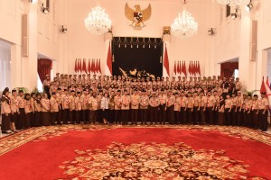 President Jokowi takes a picture with the Indonesian Scout Movement Contingent that will participate in the World Scout Jamboree, at the State Palace, Jakarta, Friday (19/7). (Photo by: Rahmat/PR)