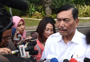 Coordinating Minister for Maritime Affairs Luhut B. Pandjaitan responds to reporters' questions after attending a limited meeting, at the Presidential Office, Jakarta, Friday (19/7). (Photo by: OJI/PR)