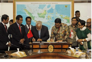 Coordinating Minister for Political, Legal and Security Affairs Wiranto and Chairman of the Negotiations of Land Boundaries Kay Rala Xanana Gusmao signs the agreement on unresolved segments of land boundaries, at the office of Coordinating Ministry for Political, Legal and Security Affairs, Jakarta, Monday (22/7). (Photo by: Coordinating Ministry for Political, Legal and Security Affairs)