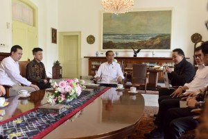 Head of the Creative Economy Agency accompanies President Jokowi when meeting Jakarta-born rapper Rich Brian, at the Bogor Presidential Palace, West Java, Sunday (7/7). (Photo by: OJI/PR)