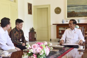 President Jokowi engages in conversation with Jakarta-born rapper Rich Brian, at the Bogor Presidential Palace, West Java, Sunday (7/7). (Photo by: OJI/PR)