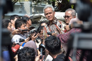 Governor of Central Java Ganjar Pranowo responds to reporters' questions after attending a limited meeting, at the Bogor Presidential Palace, West Java, Tuesday (9/7). (Photo by: Agung/PR)