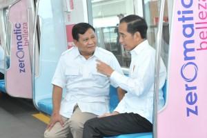 Presiden Jokowi berbincang akrab dengan Prabowo Subianto dalam perjalanan di atas MRT dari Lebak Bulus ke Senayan, Jakarta, Sabtu (13/7) pagi. (Foto: JAY/Humas)