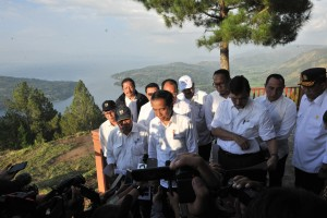 President Jokowi meets reporters after an inspection to Sipinsur Geosite, Parulohan Village, Paranginan District, Humbang Hasundutan Regency, Monday (29/7). (Photo by: JAY/PR)