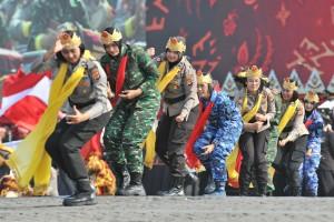Salah satu atraksi yang ditampilkan dalam Upacara Hari Bhayangkara ke-73, di Lapangan Monas, Jakarta, Rabu (10/7) pagi. (Foto: JAY/Humas)