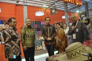Presiden Jokowi didampingi Ibu Negara, Gubernur BI, dan Seskab menyaksikan produk yang dipamerkan pada Karta Kreatif Indonesia (KKI) 2019, di Exhibition Hall A Jakarta Convention Center (JCC) Jakarta Pusat, Jumat (12/7) pagi. (Foto: OJI/Humas)