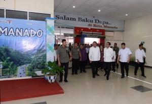 Presiden Jokowi didampingi sejumlah menteri meninjau Bandara Sam Ratulangi, Manado, Sulut, Kamis (4/7) siang. (foto: BPMI Setpres)