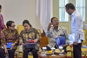 Menko Perekonomian Darmin Nasution berbincang dengan Menaker Hanif Dhakiri, di samping Menko PMK yang berbincang dengan Menlu, sebelum sidang kabinet paripurna di Istana Kepresidenan Bogor, Jabar, Senin (8/7) lalu. (Foto: AGUNG/Humas)