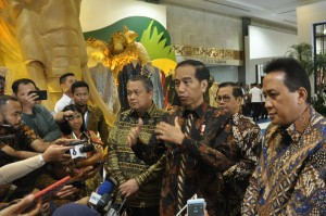 Presiden Jokowi menjawab wartawan usai menghadiri Pembukaan Karta Kreatif Indonesia (KKI) 2019, di Exhibition Hall A Jakarta Convention Center (JCC) Jakarta Pusat, Jumat (12/7) pagi. (Foto: OJI/Humas)