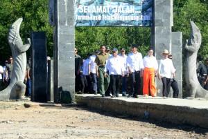 Presiden Jokowi didampingi Ibu Negara Iriana dan sejumlah pejabat mengunjungi Pulau Rinca, di kawasan Taman Nasional Komodo, Labuan Bajo, NTT, Kamis (11/7) pagi. (Foto: Rahmat/Humas)