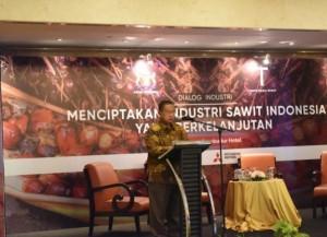 """Menko Perekonomian Darmin Nasution menyampaikan paparan pada Seminar """"Menciptakan Industri Sawit yang Berkelanjutan"""", di Hotel Borobudur, Jakarta, Rabu (31/7) siang. (Foto: Humas Kemenko Perekonomian)"""