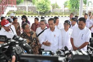 Presiden Jokowi menjawab wartawan saat berada di Pangkalan TNI AU Sam Ratulangi, Manado, Sulut, Jumat (5/7) siang. (Foto: JAY/Humas)