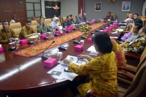 "Deputi Seskab bidang PMK Yuli Harsono menyampaikan sambutan pada pembukaan FGD ""Revitalisasi Pendidikan dan Pelatihan Vokasi untuk Memenuhi Kebutuhan Dunia Kerja"", di Gedung III Kemensetneg, Jakarta, Jumat (5/7) pagi. (Foto: Rahmat/Humas)"