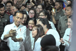 Presiden Jokowi bersama Ibu Negara Iriana melayani permintaan warga untuk foto bersama saat berada di Graha Bumi Beringin, Manado, Sulut, Kamis (4/7) sore. (Foto; JAY/Humas)