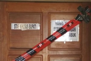 Kudus Regent Special Staff Room, Central Java, is sealed by the KPK following a sting operation against the Regent and 8 others, Friday (26/7). (Photo by IST)