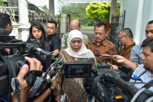 Gubernur Jatim Khofifah Indar Parawansa menjawab wartawan usai mengikuti rapat terbatas di Istana Kepresidenan Bogor, Jabat, Selasa (9/7) sore. (Foto: AGUNG/Humas)
