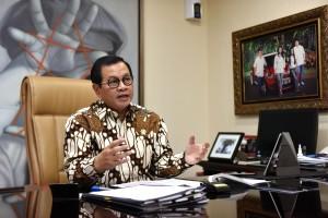 Seskab Pramono Anung dalam wawancara menyambut Hari Anak Nasional 2019, di ruang kerjanya Gedung III Kemensetneg, Jakarta, kemarin. (Foto: JAY/Humas)