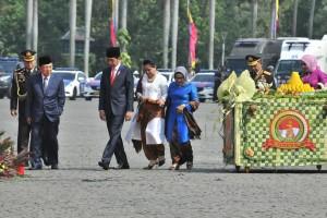 Presiden Jokowi didampingi Ibu Negara Iriana, Wapres Jusuf Kalla, dan Ibu Mufidah Kalla menghadiri Upacara Hari Bhayangkara ke-73, di Lapangan Monas, Jakarta, Rabu (10/7) pagi. (Foto: JAY/Humas)