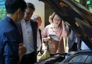Menteri Perindustrian Airlangga Hartarto mengamati teknologi yang diterapkan pada mobil fuel cell Hyundai Nexo saat berkunjung ke Seoul, Korsel, Selasa (25/6) lalu. (Foto: Humas Kemenperin)