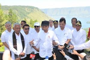 Presiden Jokowi menjawab wartawan usai mengunjungi kawasan wisata The Kaldera Toba Nomadic Escape, di Kecamatan Ajibata, Kabupaten Toba Samosir, Sumut, Selasa (30/7) siang. (Foto: JAY/Humas)