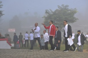 President Jokowi inspects the Salib Kasih Tourism Park in North Tapanuli regency, North Sumatra province, Tuesday (30/7). (Photo by: Jay/PR).