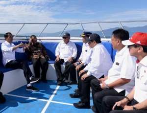 President Jokowi and a number of officials head for Bunaken National Park, Manado, North Sulawesi. Friday (5/7). (Photo by: BPMI Setpres)