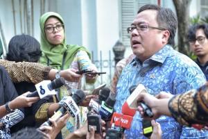 Menteri PPN/Kepala Bappenas Bambang Brodjonegoro menjawab wartawan usai mengikuti sidang kabinet paripurna, di Istana Kepresidenan Bogor, Jabar, Senin (8/7) sore. (Foto: AGUNG/Humas)
