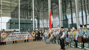 The Indonesian Ambassador to Saudi Arabia Agus Maftuh welcomes the first flight group of pilgrims at Amir Muhammad bin Abdul Aziz International Airport, Medina, Saturday (6/7). (Photo by: Ministry of Religion Affairs' Hajj Media Center).