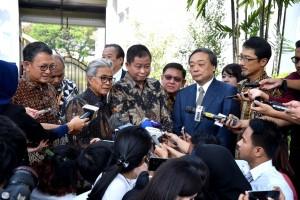 Menteri ESDM Ignasius Jonn didampingi Kepala SKK Migas dan CEO Inpex Corp menyampaikn keterangan pers usai diterima Presiden Jokowi, di Istana Merdeka, Jakarta, Selasa (16/7). (Foto: Setpres)