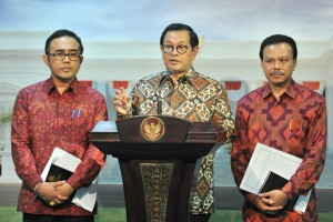 Cabinet Secretary Pramono Anung accompanied by Regional Secretary and Deputy Regent of Denpasar city delivers press statement after attending limited cabinet meeting on Development of Garbage Power Plant at Presidential Office, Jakarta, Tuesday (16/7). (Photo: JAY/PR)